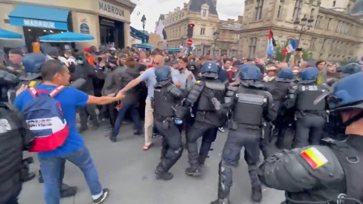 Fransa da koronavirüs protestosunda göstericiler polisle çatıştı #3