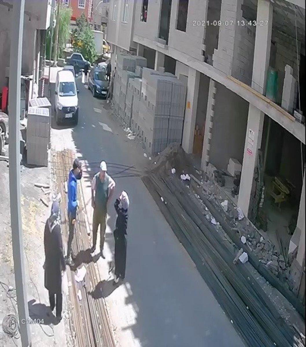Çorum da yolda yürüyen kadının üzerine demir düştü #4