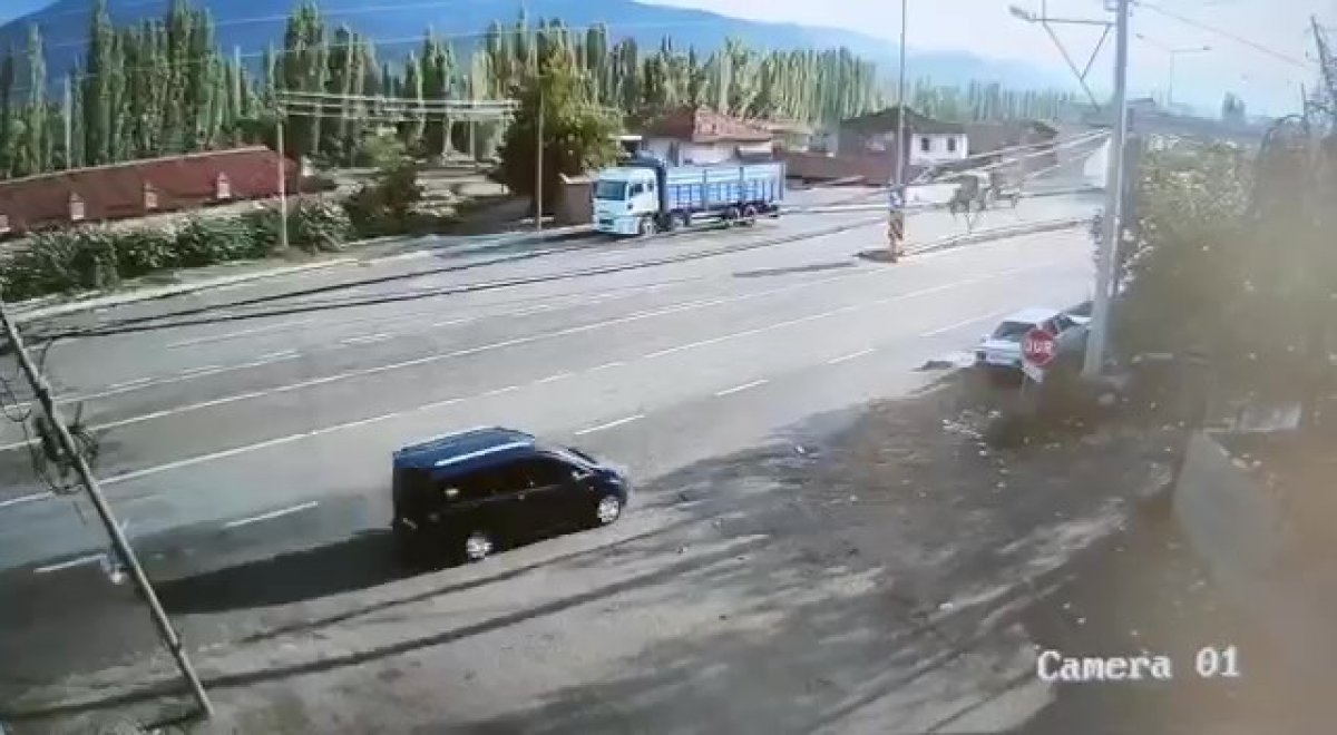 Amasya da seyir halindeyken uyuyan sürücü kaza yaptı #1