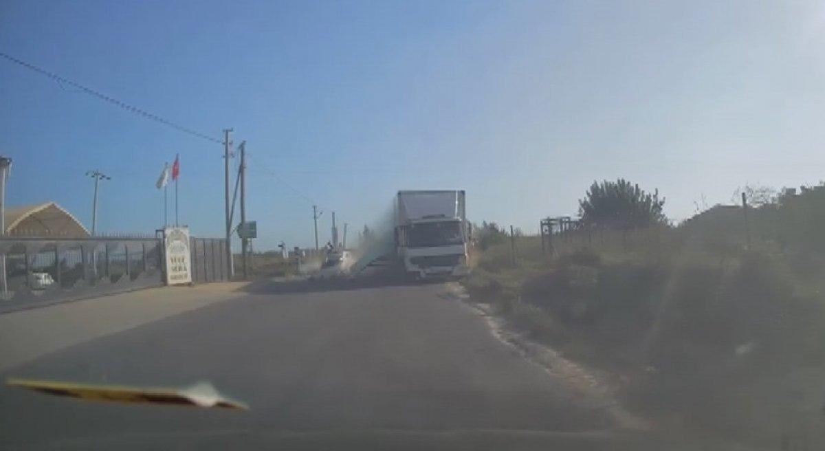 Mersin'de 4 kişinin yaralandığı kaza kamerada #1