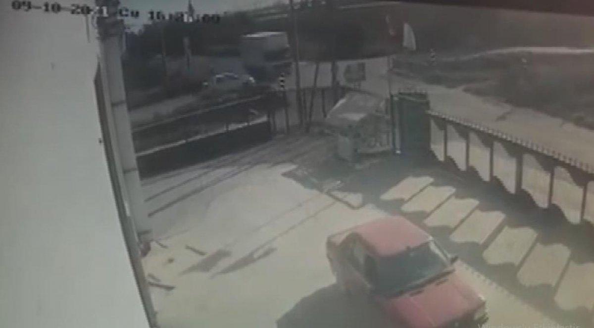 Mersin'de 4 kişinin yaralandığı kaza kamerada #3