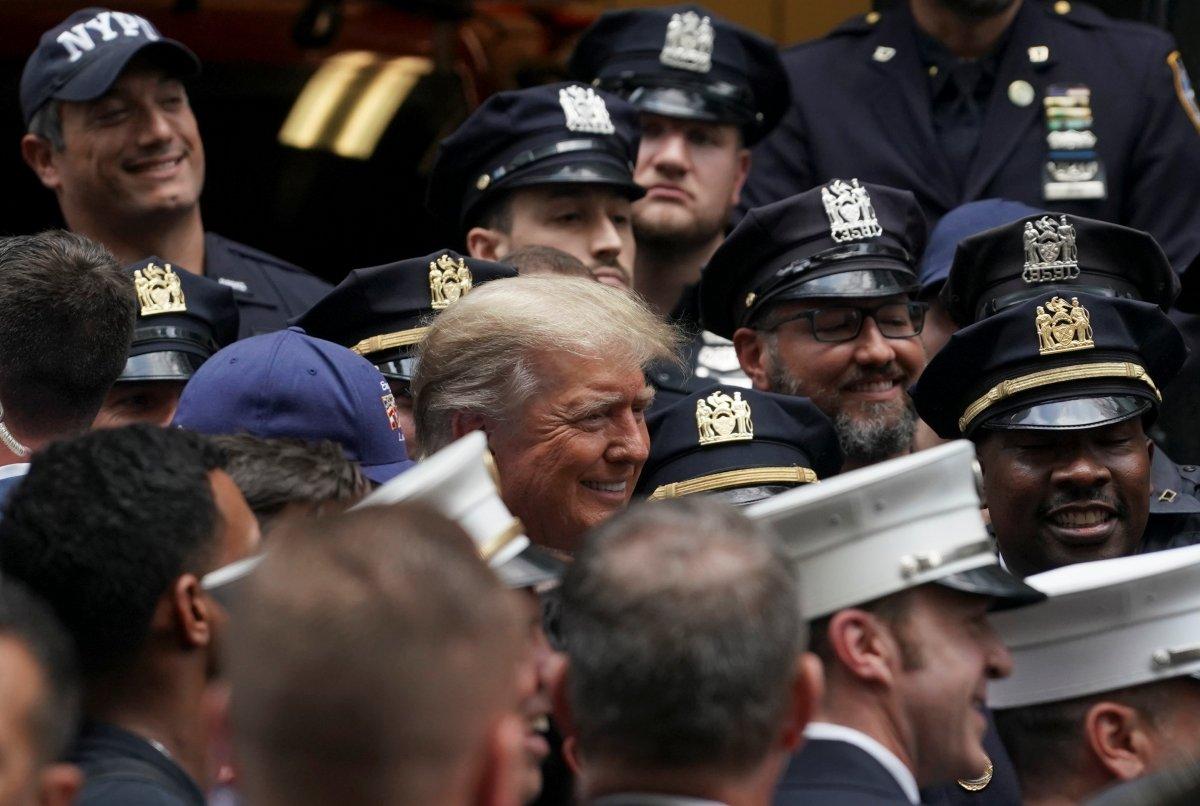 Trump'tan 11 Eylül'ün 20. yıl dönümünde New York polisi ve itfaiyesine sürpriz ziyaret #3