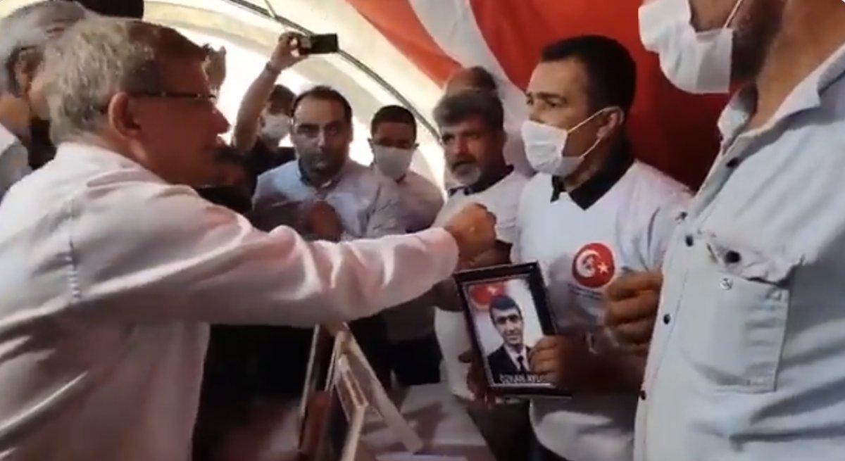 Ahmet Davutoğlu na evlat nöbetindeki ailelerden HDP tepkisi #1