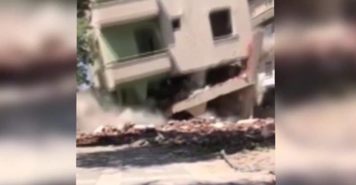 Elazığ da hasarlı bina, iş makinesinin üzerine çöktü #1