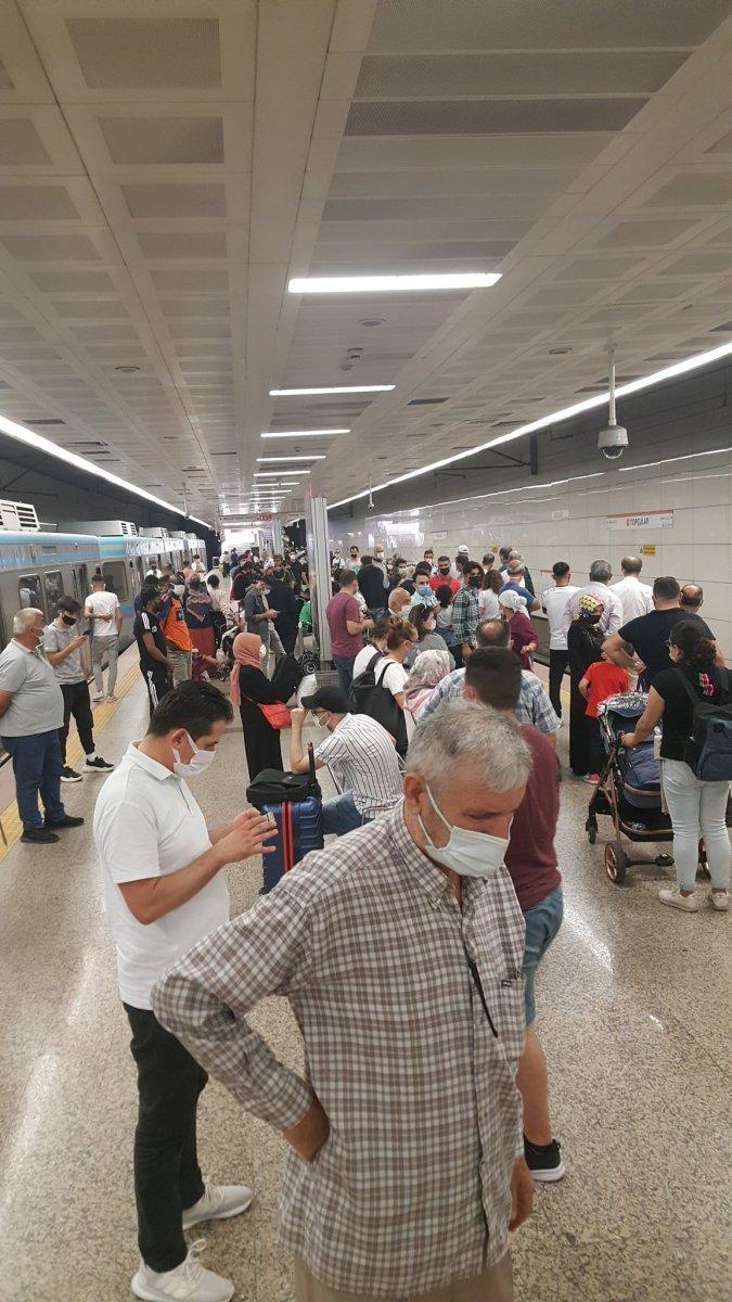 İstanbul'da tramvay arızası: Yolcular raylarda yürüdü  #4