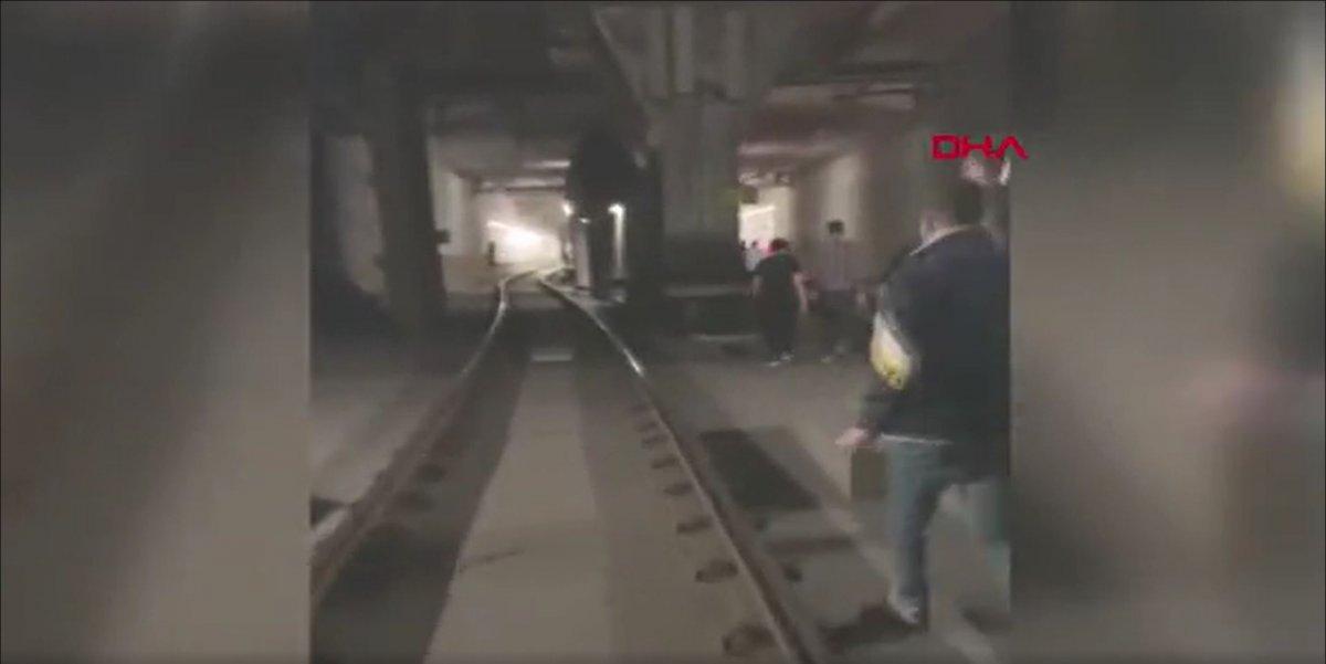 İstanbul'da tramvay arızası: Yolcular raylarda yürüdü  #7
