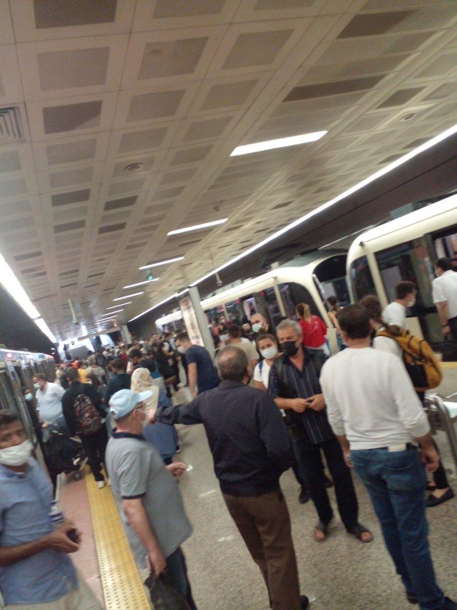 İstanbul'da tramvay arızası: Yolcular raylarda yürüdü  #5