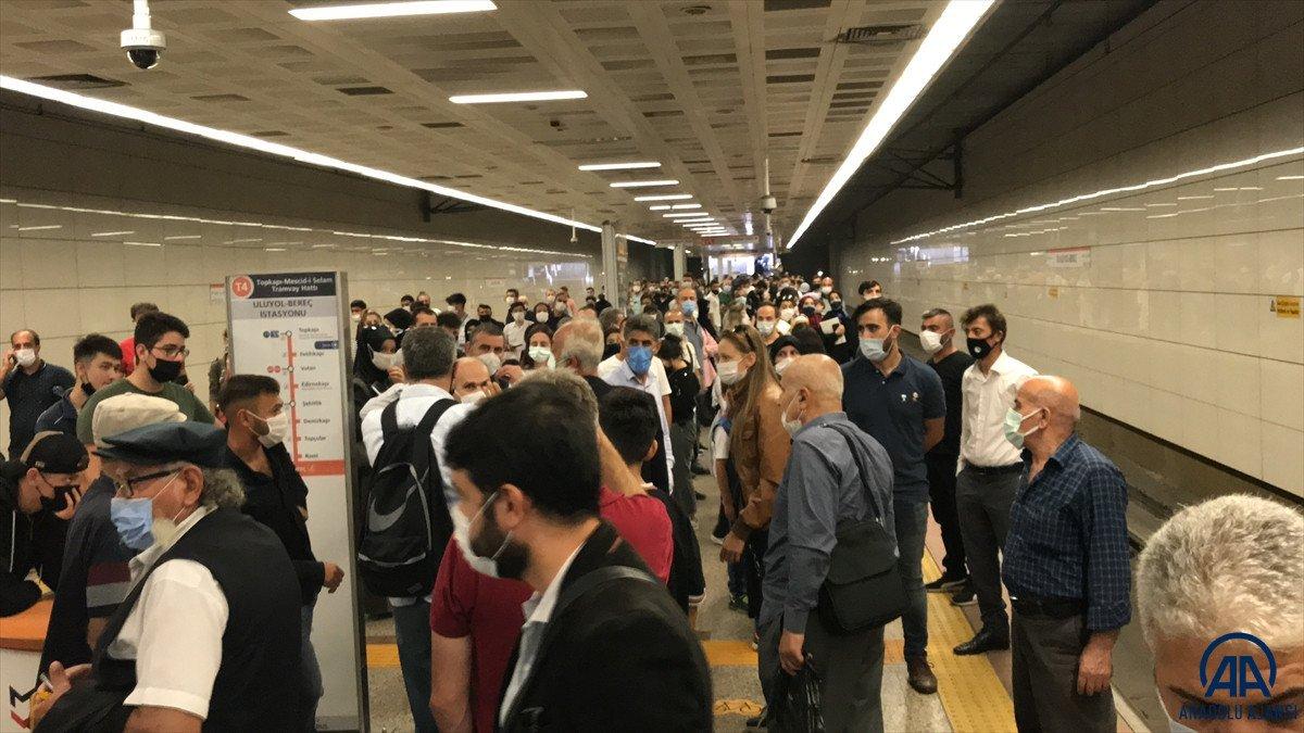 İstanbul'da tramvay arızası: Yolcular raylarda yürüdü  #2