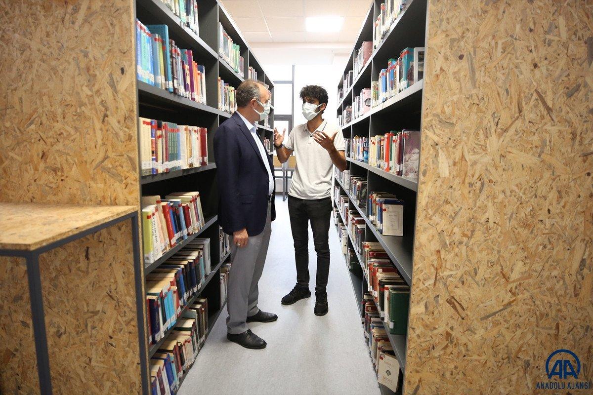 Elazığ da inşaatında çalıştığı kütüphaneye doktor adayı olarak geliyor #4