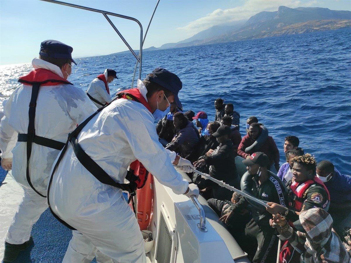 İzmir açıklarında 184 kaçak göçmen kurtarıldı #1