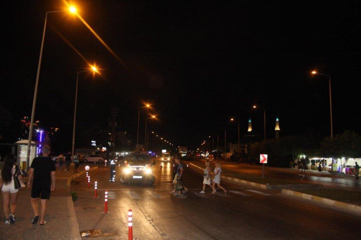 Antalya da aşırı hızla seyir eden motosiklet sürücüsü, Alman turistlere çarptı #4