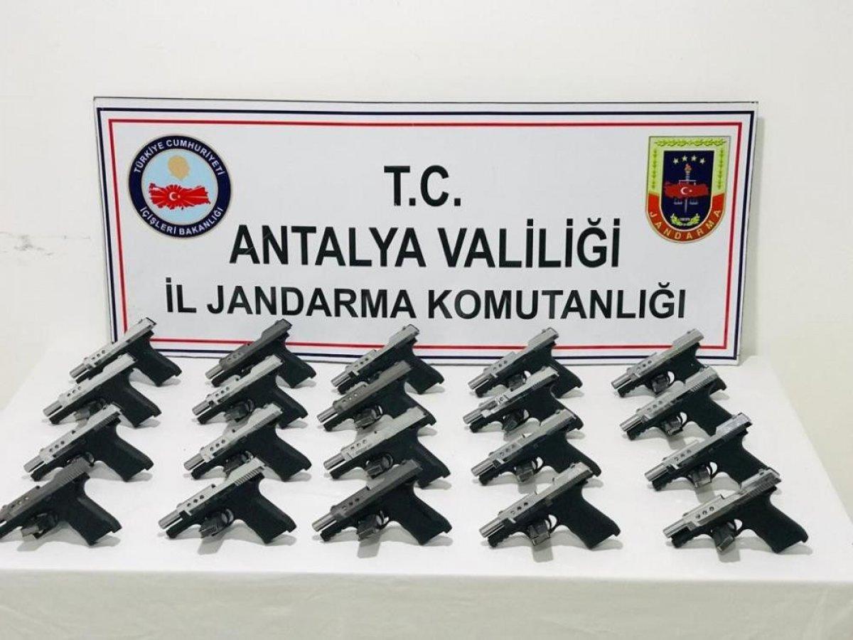 Antalya da kızının düğünü için silah kaçakçılığı yapan kadın tutuklandı #4