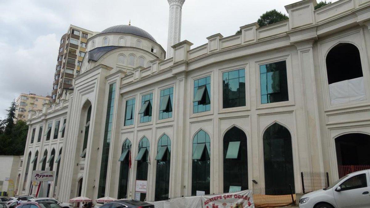 Trabzon da haline üzülüp çay verdikleri şahıs cemaatin ayakkabısını çaldı #3