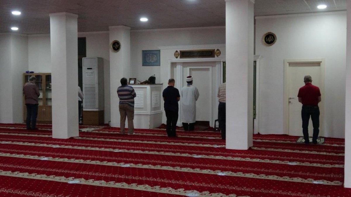 Trabzon da haline üzülüp çay verdikleri şahıs cemaatin ayakkabısını çaldı #2