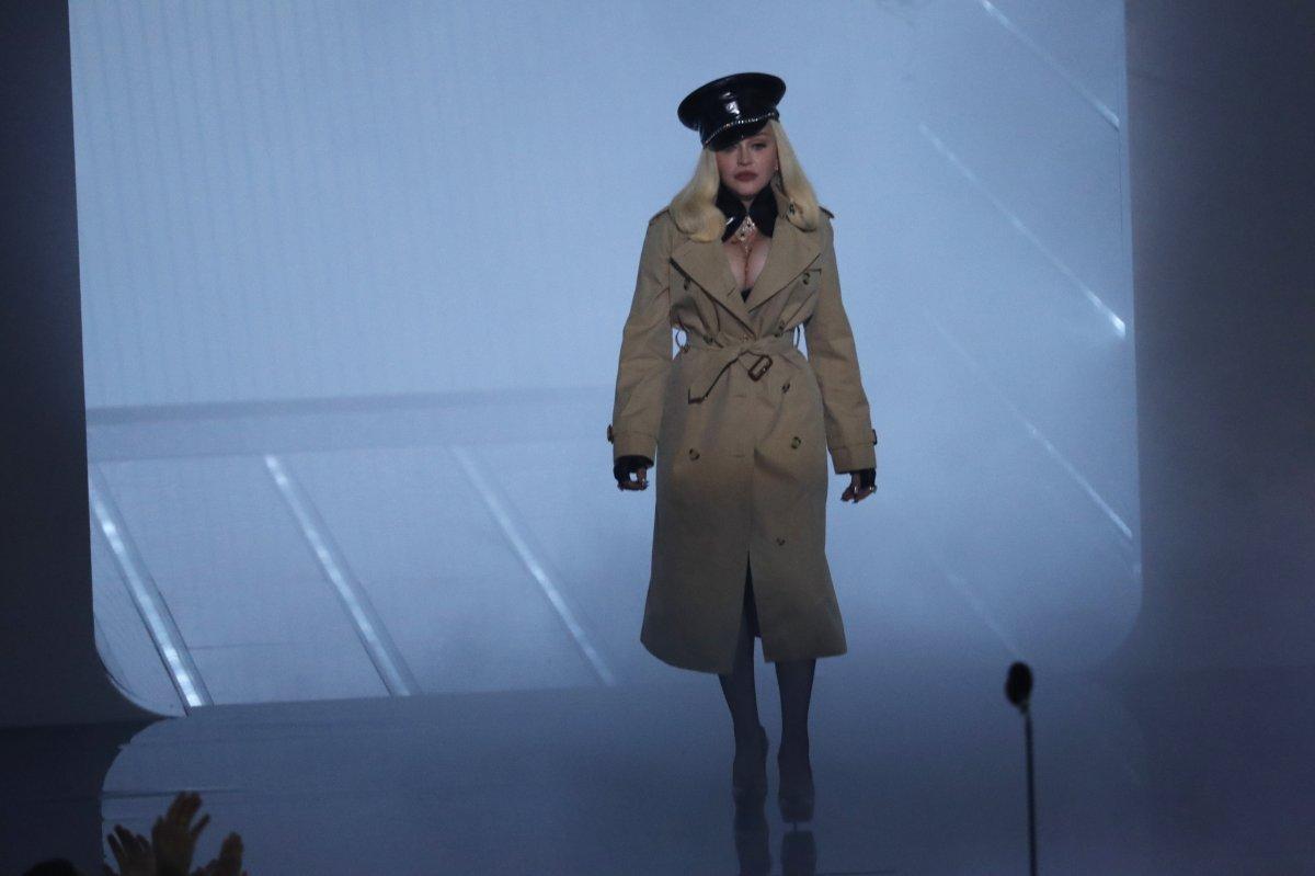 Madonna, MTV Video Müzik Ödülleri after party ye duvaklı katıldı #5
