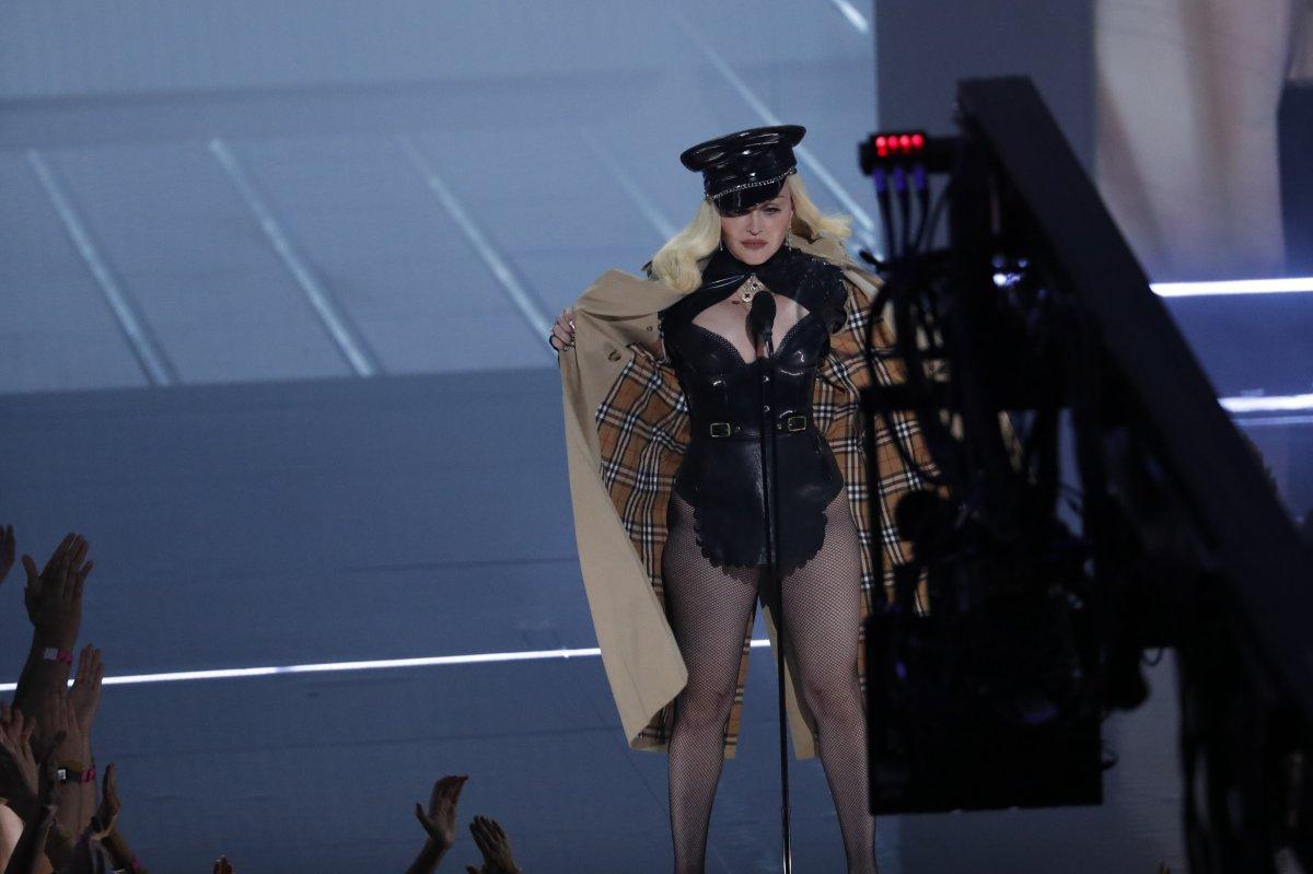 Madonna, MTV Video Müzik Ödülleri after party ye duvaklı katıldı #7