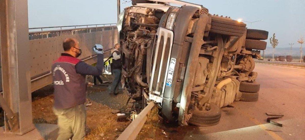 Çorum da üst geçide çarparak sürüklenen tırın sürücüsü hayatını kaybetti #5