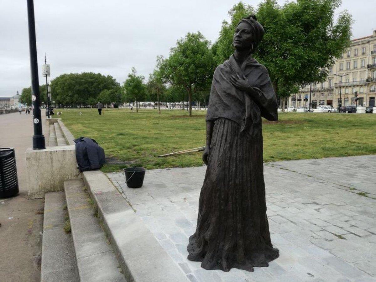 Bordeaux da siyasi kadın heykelini boyadılar #2
