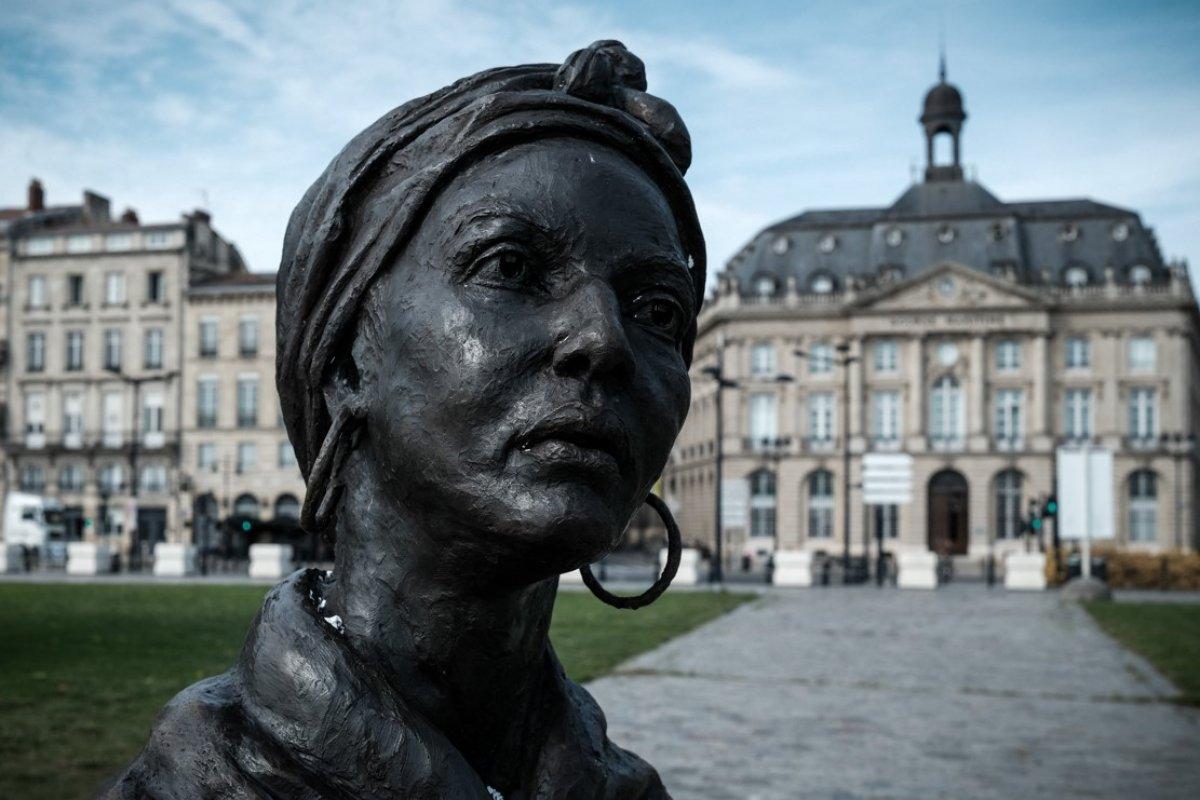 Bordeaux da siyasi kadın heykelini boyadılar #3