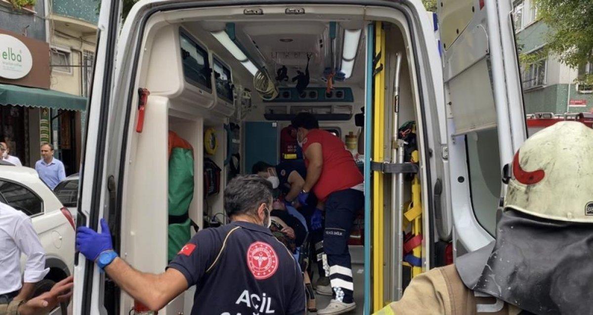 Fatih'te yangında mahsur kalan demans hastası kadını ekipler kurtardı #1