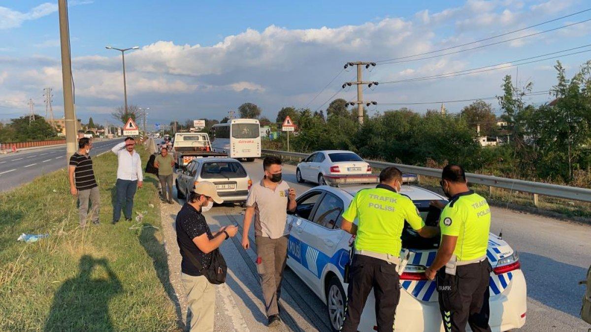 Düzce de yaşanan kazada tıkanan yol, başka kazaya neden oldu: 6 araç hasarlı  #1