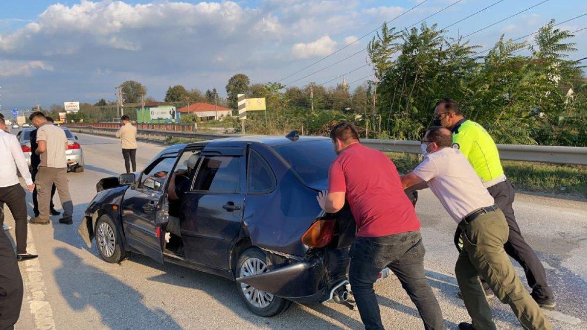Düzce de yaşanan kazada tıkanan yol, başka kazaya neden oldu: 6 araç hasarlı  #7