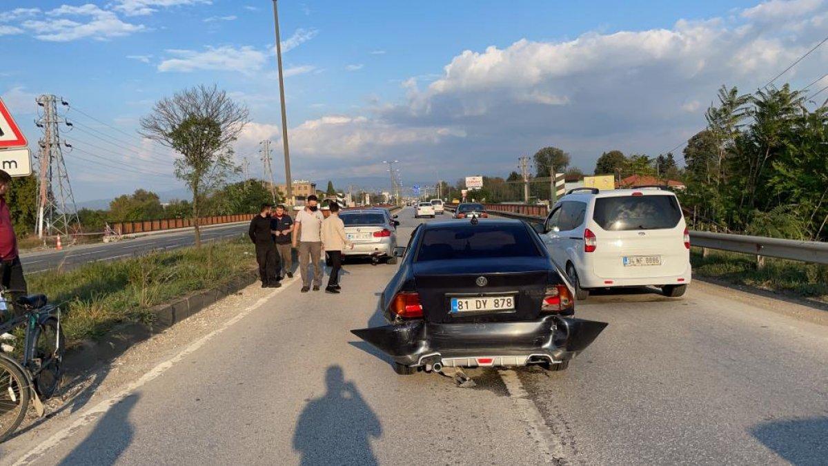 Düzce de yaşanan kazada tıkanan yol, başka kazaya neden oldu: 6 araç hasarlı  #8