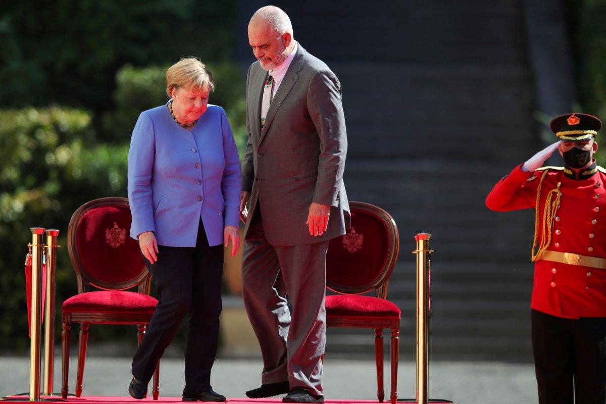 Angela Merkel, Arnavutluk'taki resmi törene oturarak katıldı #1