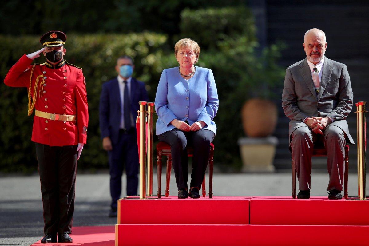 Angela Merkel, Arnavutluk'taki resmi törene oturarak katıldı #3
