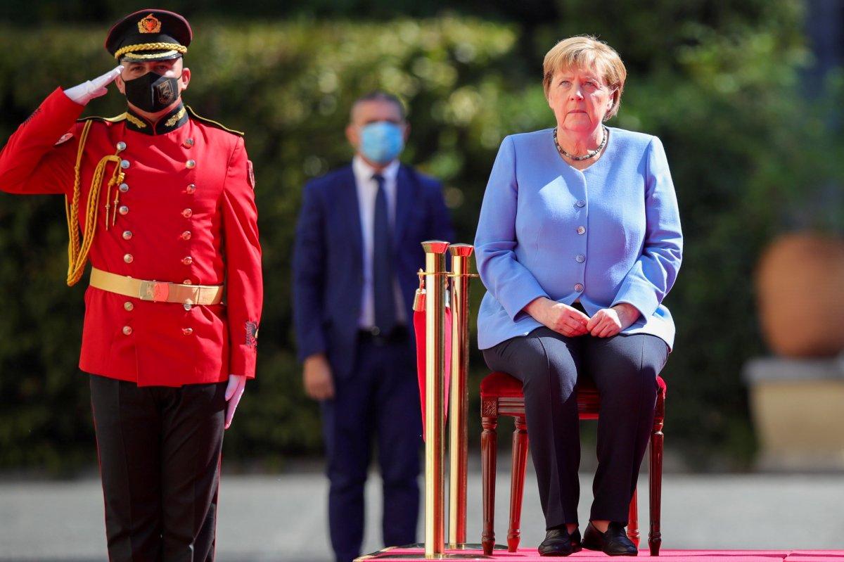 Angela Merkel, Arnavutluk'taki resmi törene oturarak katıldı #2