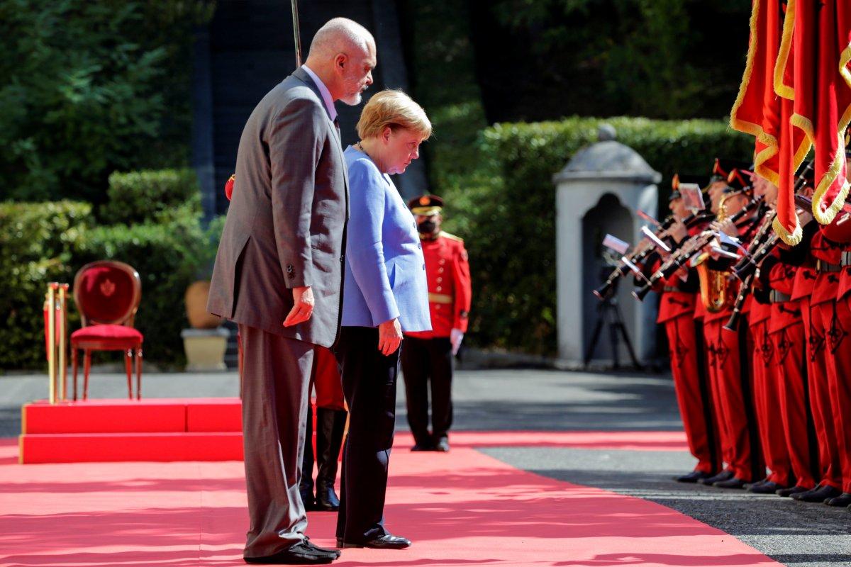 Angela Merkel, Arnavutluk'taki resmi törene oturarak katıldı #5