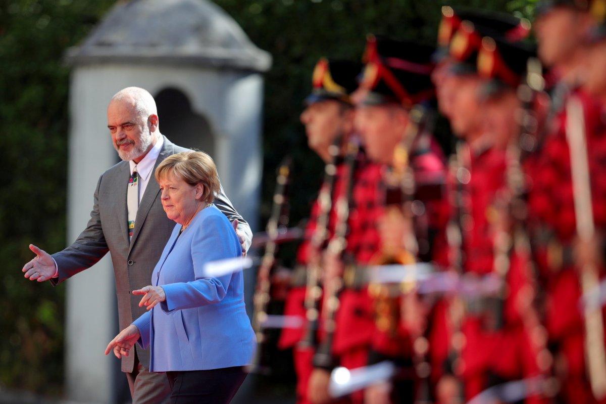 Angela Merkel, Arnavutluk'taki resmi törene oturarak katıldı #6