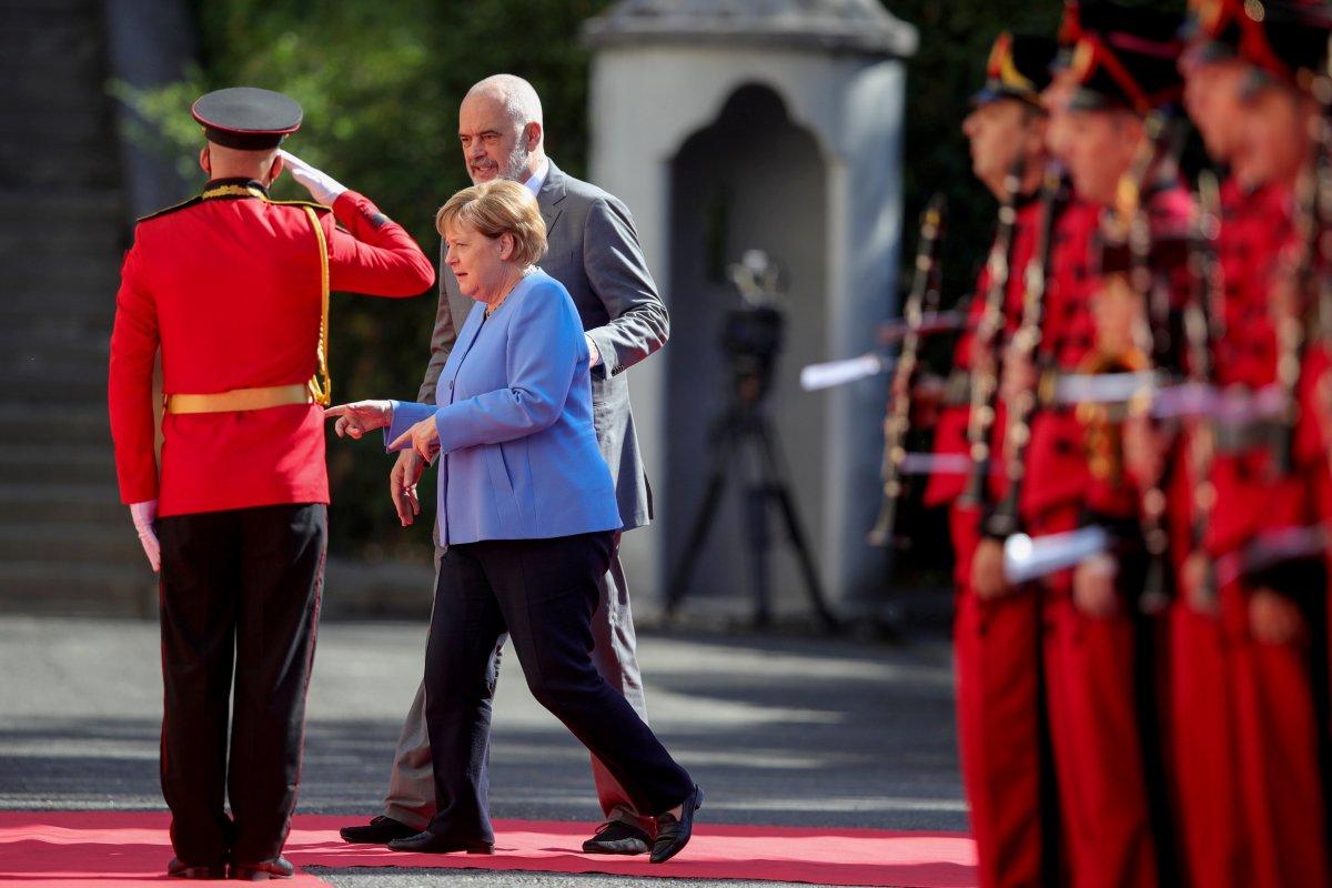 Angela Merkel, Arnavutluk'taki resmi törene oturarak katıldı #4