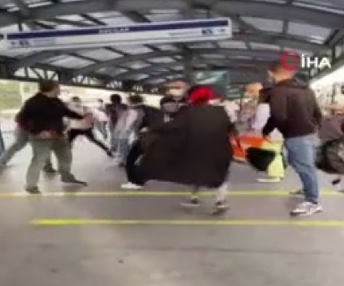 Avcılar'da metrobüse binerken 'beni ittin' tartışması #1