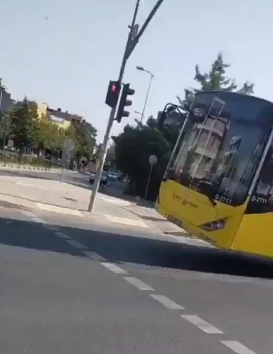 İstanbul da tekeri patlayan İETT otobüsü yola devam etti #3