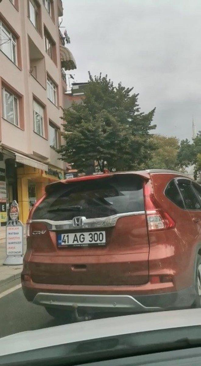 Kocaeli de yol ortasında aracından inen kadın sürücü, hemcinsine saldırdı #6
