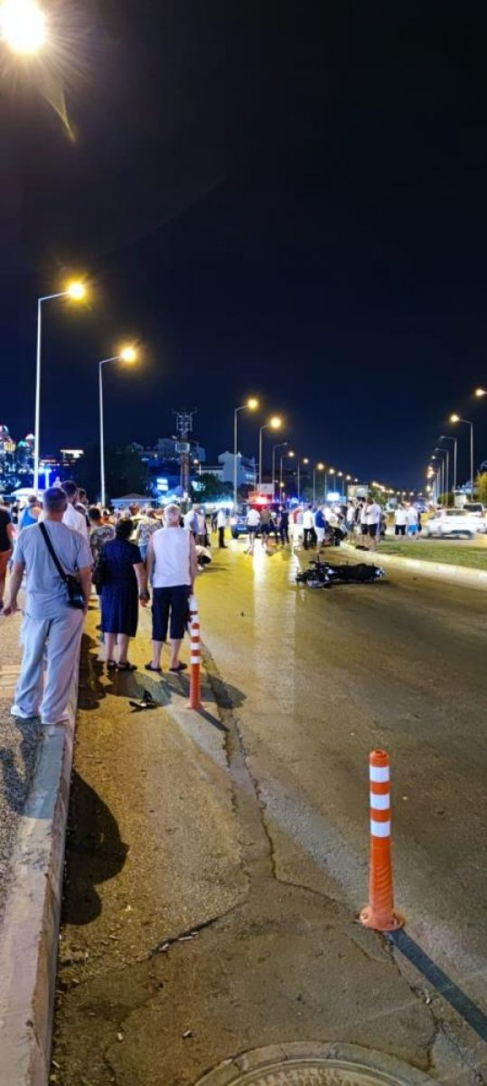 Antalya da aşırı hızla seyir eden motosiklet sürücüsü, Alman turistlere çarptı #6