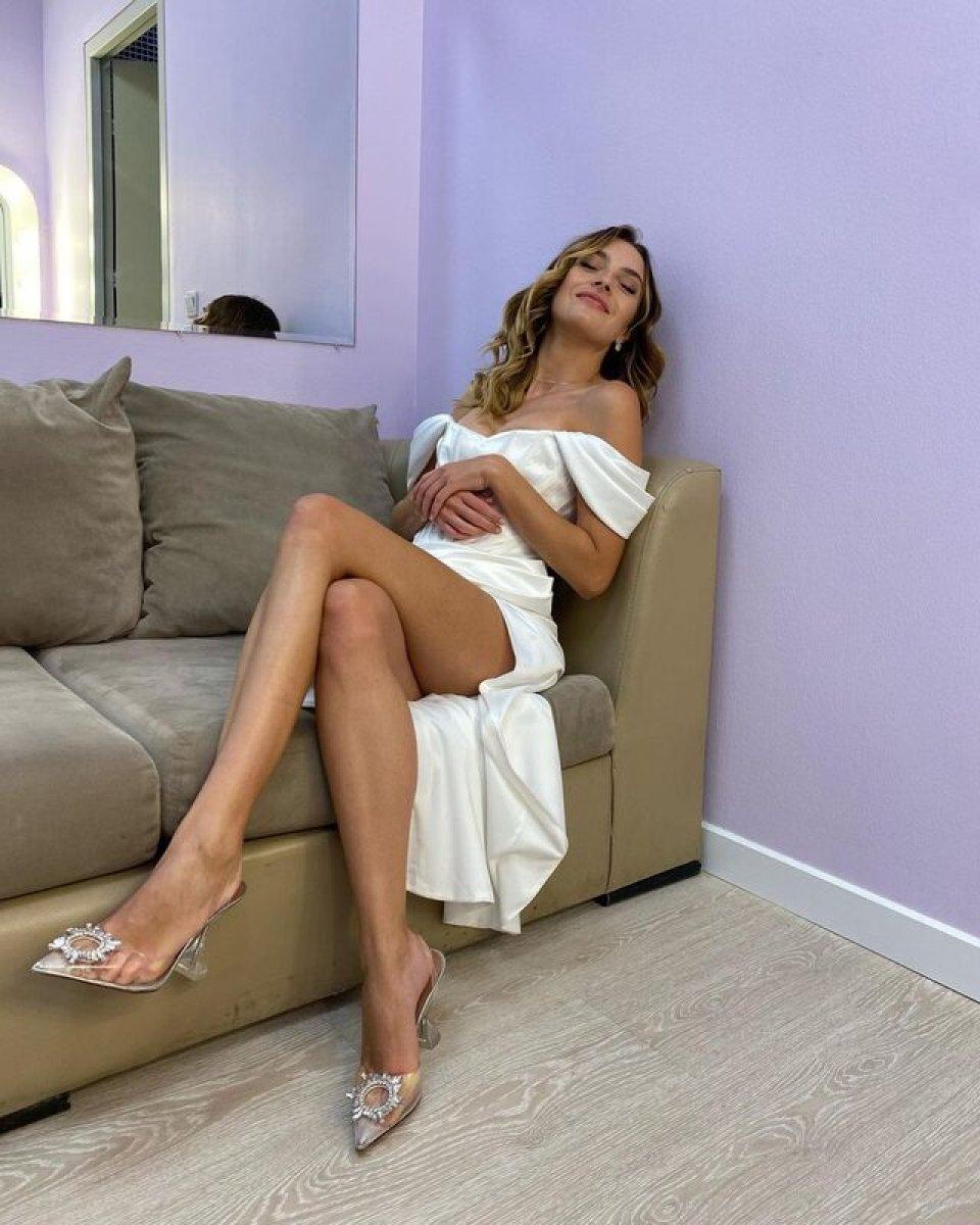 Melis Sezen, derin yırtmaçlı elbisesiyle poz verdi #2