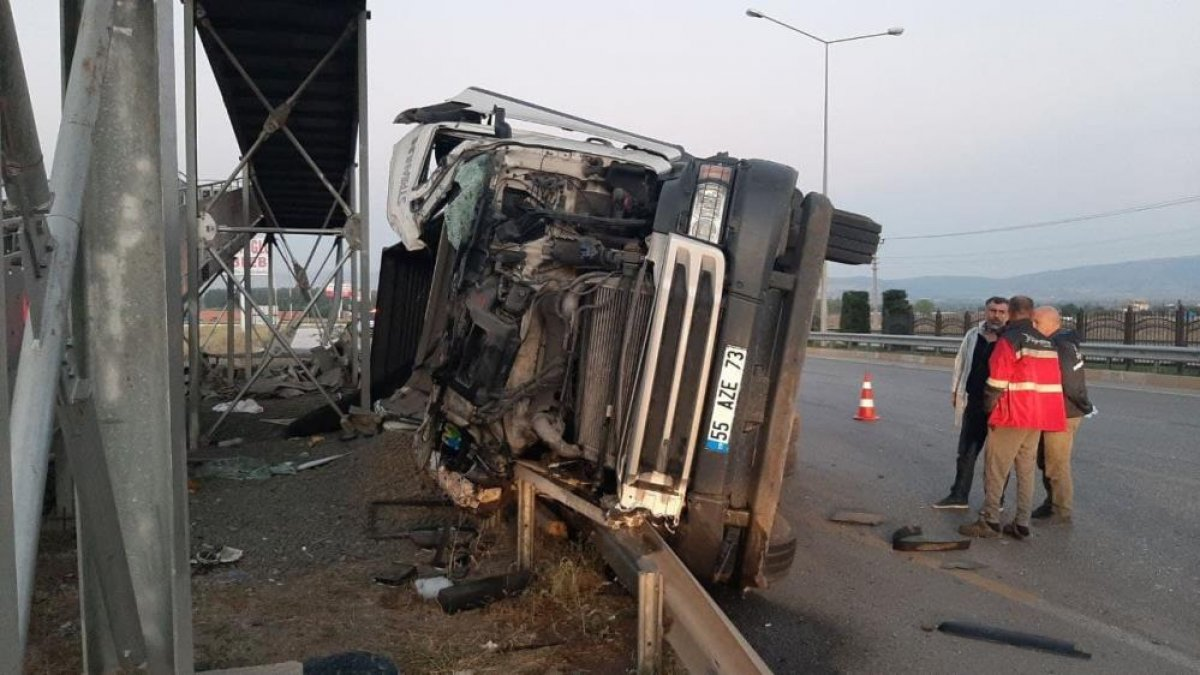 Çorum da üst geçide çarparak sürüklenen tırın sürücüsü hayatını kaybetti #1
