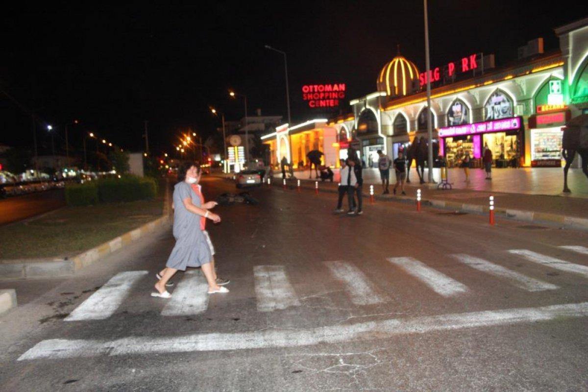 Antalya da aşırı hızla seyir eden motosiklet sürücüsü, Alman turistlere çarptı #3