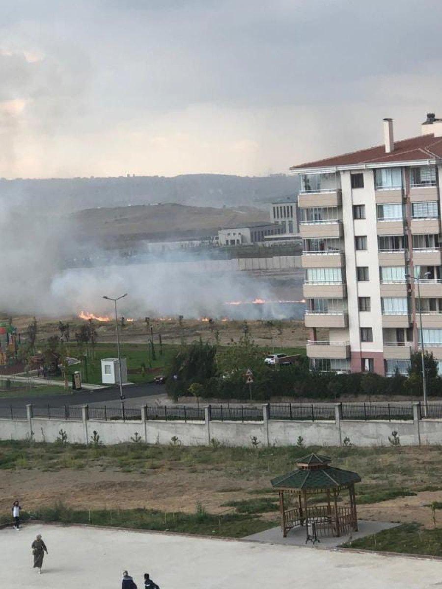 Ankara da yıldırım düşen boş arazide yangın çıktı #5