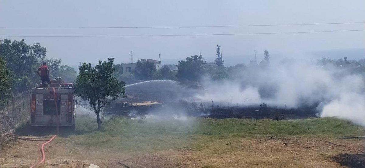 Mersin de çıkan yangın evlere ulaşmadan kontrol altına alındı #1