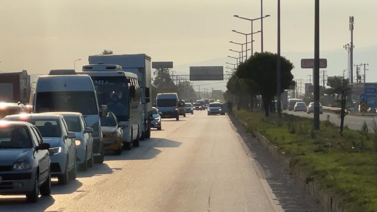 Düzce de yaşanan kazada tıkanan yol, başka kazaya neden oldu: 6 araç hasarlı  #2