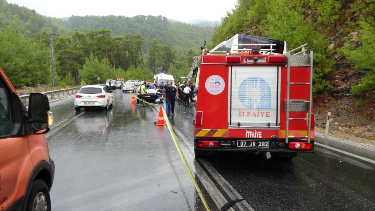Antalya da seyir halindeki otomobil kaza yaptı: 2 ölü 2 yaralı  #7