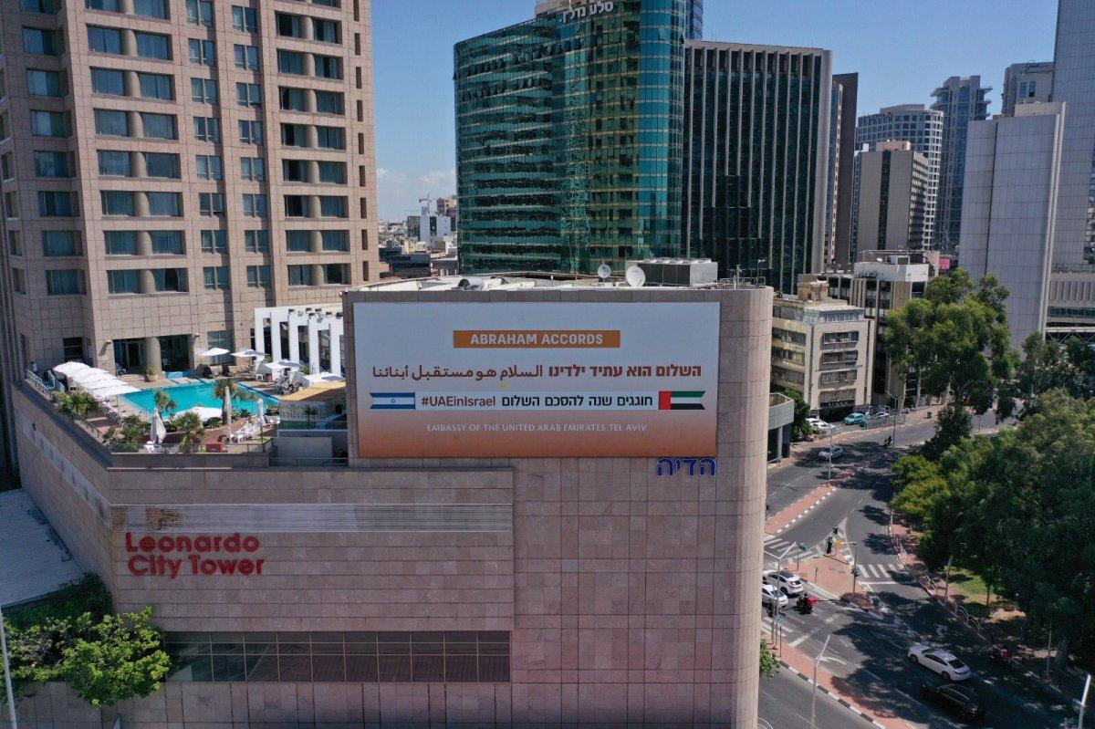 BAE, normalleşmeyi kutlamak için İsrail de pankartlar astı #5