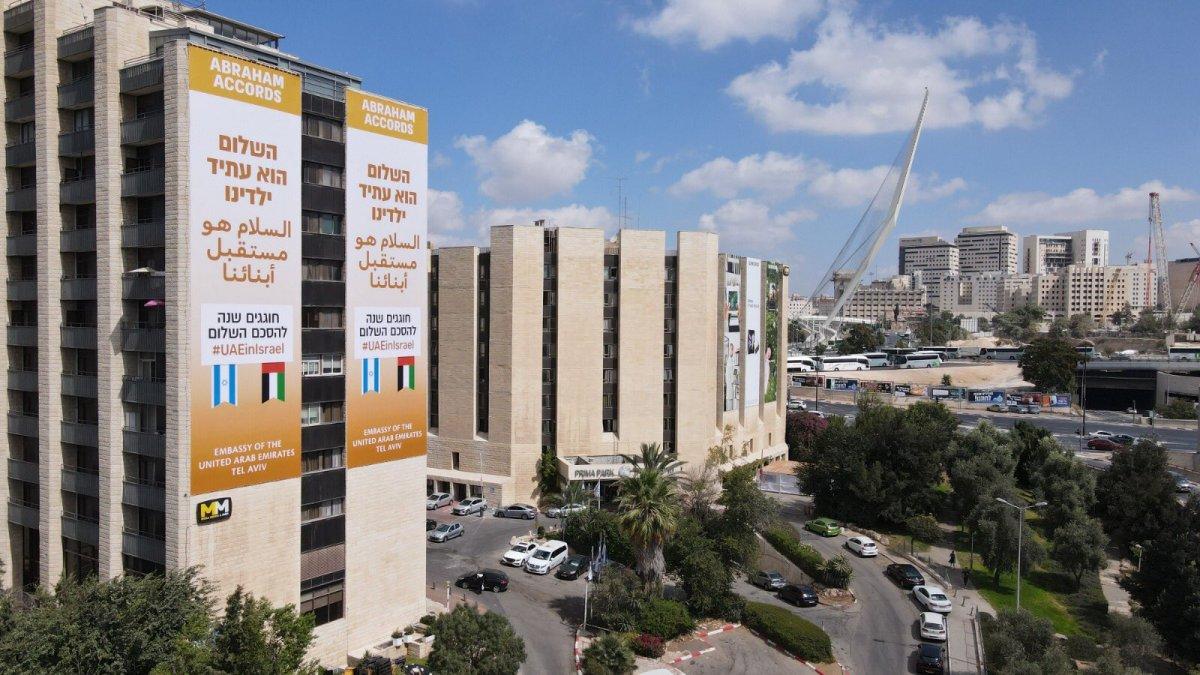 BAE, normalleşmeyi kutlamak için İsrail de pankartlar astı #2