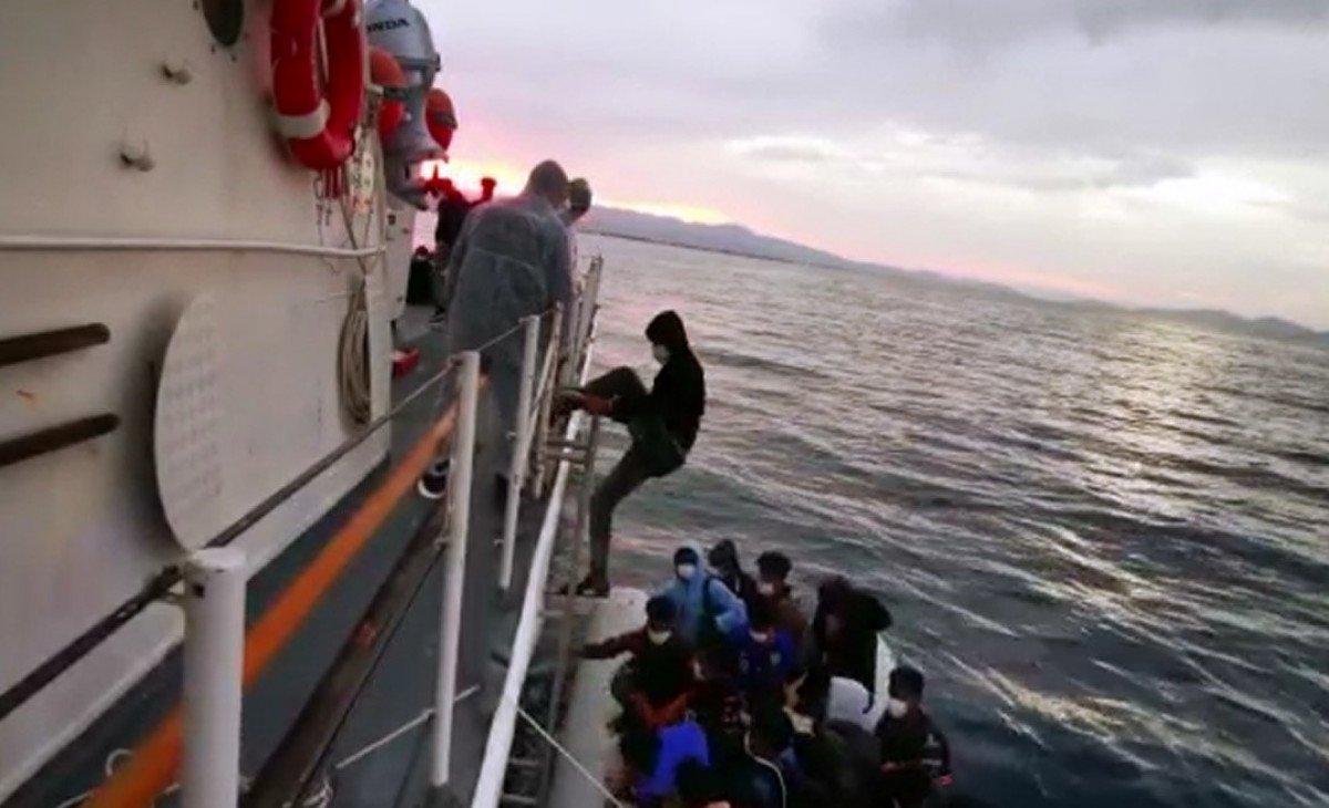 Ayvalık açıklarında 54 kaçak göçmen kurtarıldı #1