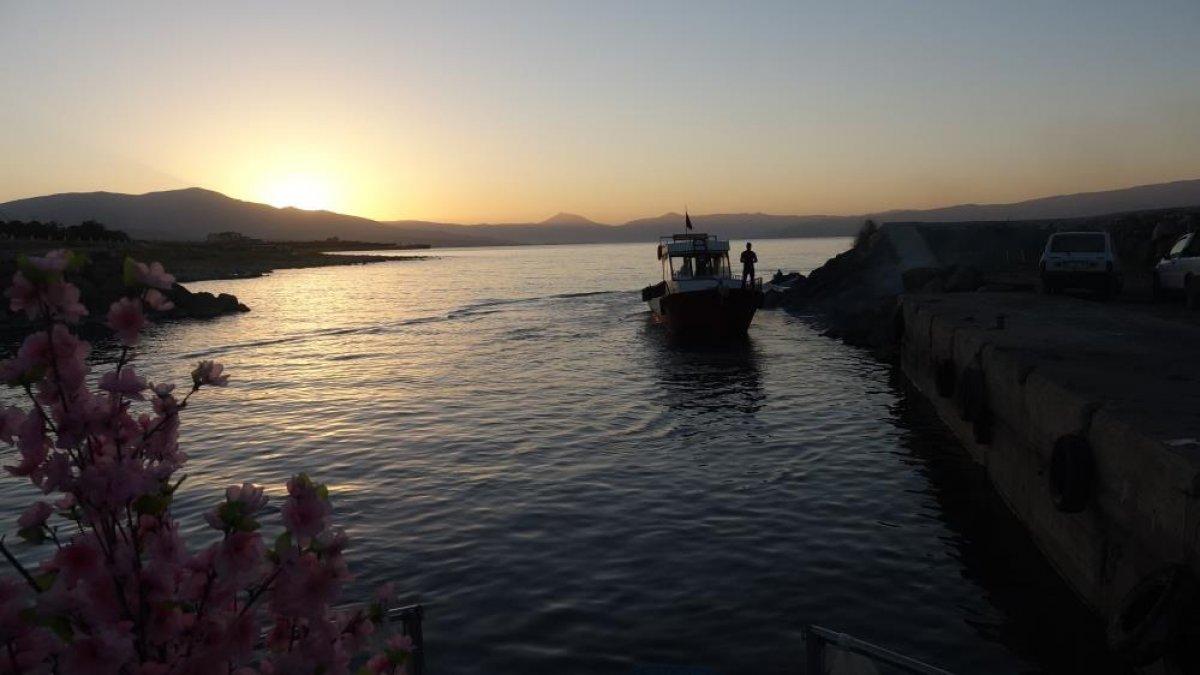 Van Gölü'nde zemin temizlendi, tekneler yeniden göle açıldı #1