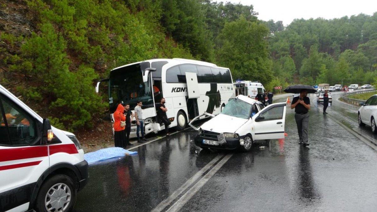 Antalya da seyir halindeki otomobil kaza yaptı: 2 ölü 2 yaralı  #6