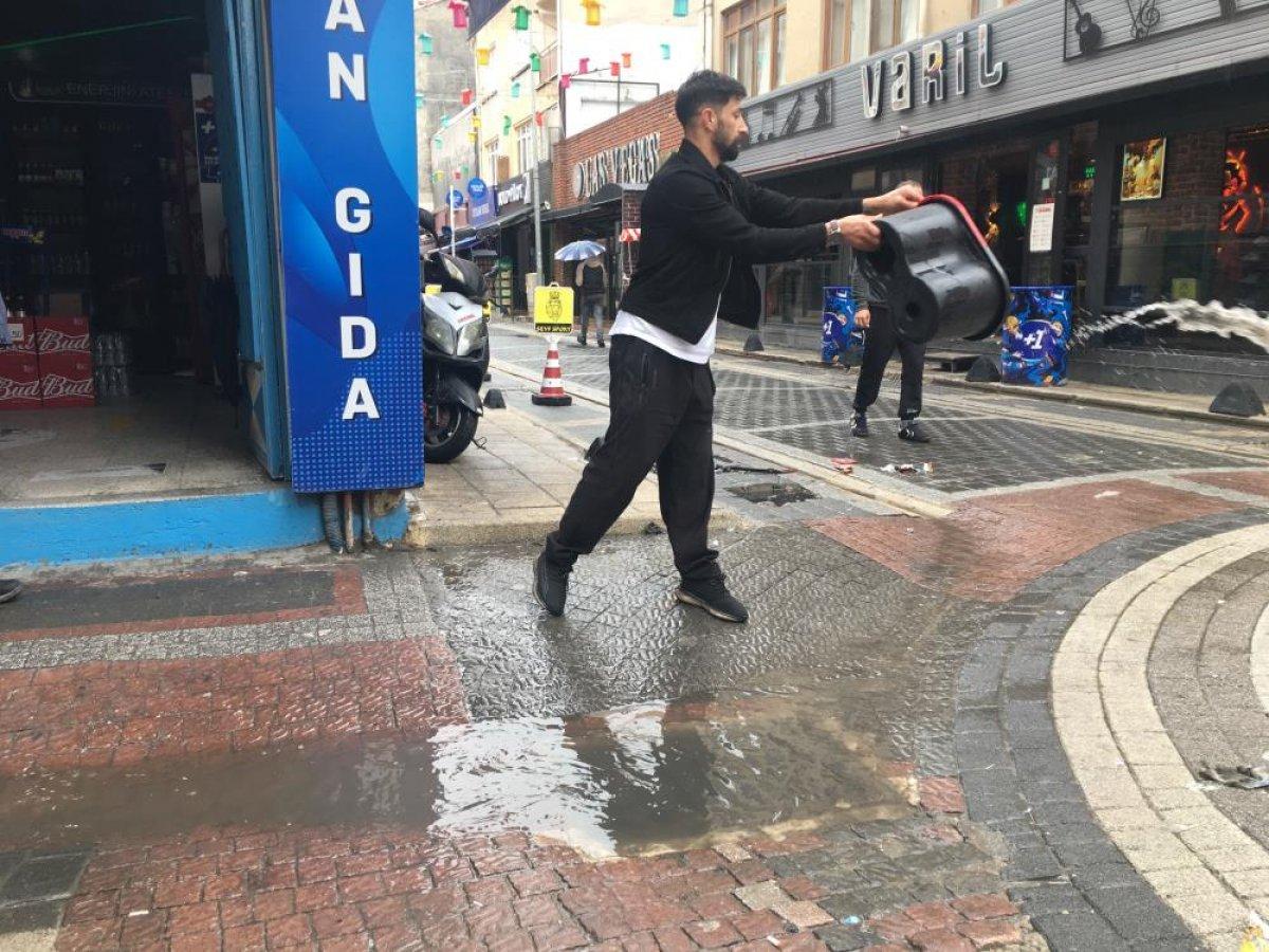 Eskişehir de sağanak yağmur esnafı mağdur etti #1